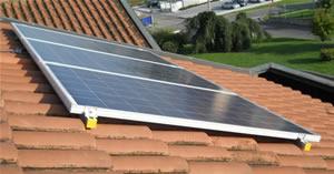 Pannelli fotovoltaici che alimentano lo scaldabagno  fotovoltaico